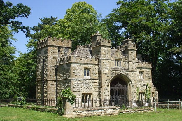 gatehouse at the entrance to Sudeley Castle in Gloucestershire