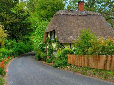 Lovely cottage_with thatched_roof in Hampshire