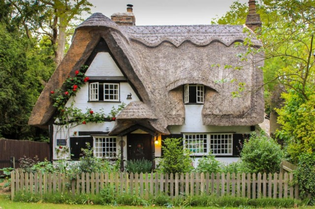 Thatched roof house in Houghton, Cambridgeshire