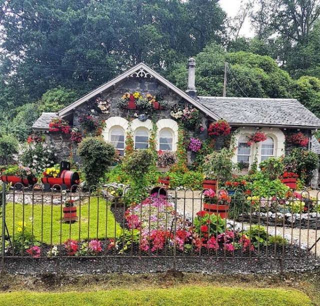 Cosy cottage with colorful garden