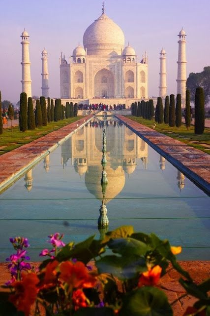 De Taj Mahal ) is een imposant, wit marmeren mausoleum
